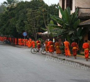 023-moenche-in-luang-prabang-laos