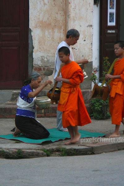 024-moenche-in-luang-prabang-laos
