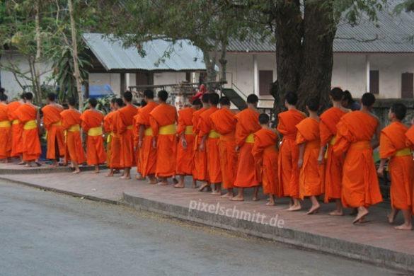 025-moenche-in-luang-prabang-laos