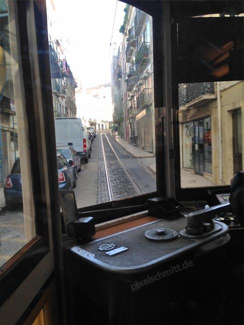 tram-28-lissabon-von-innen-fahrer-kabine
