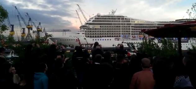 Nur ein Kreuzfahrtschiff, das Seven Nation Army auf dem Horn spielt