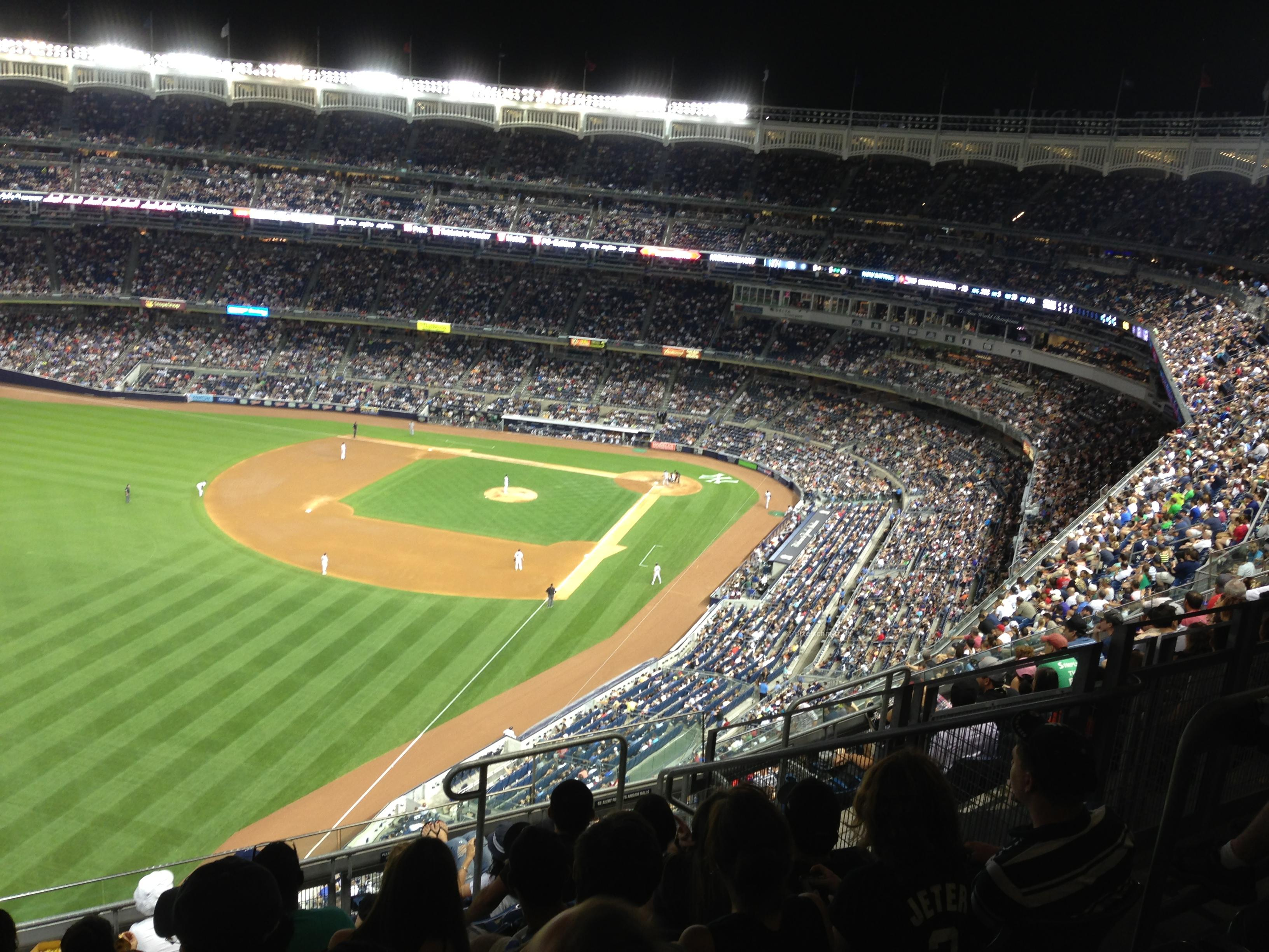 Ein Abend im Stadion der New York Yankees mit Blitz und Donner