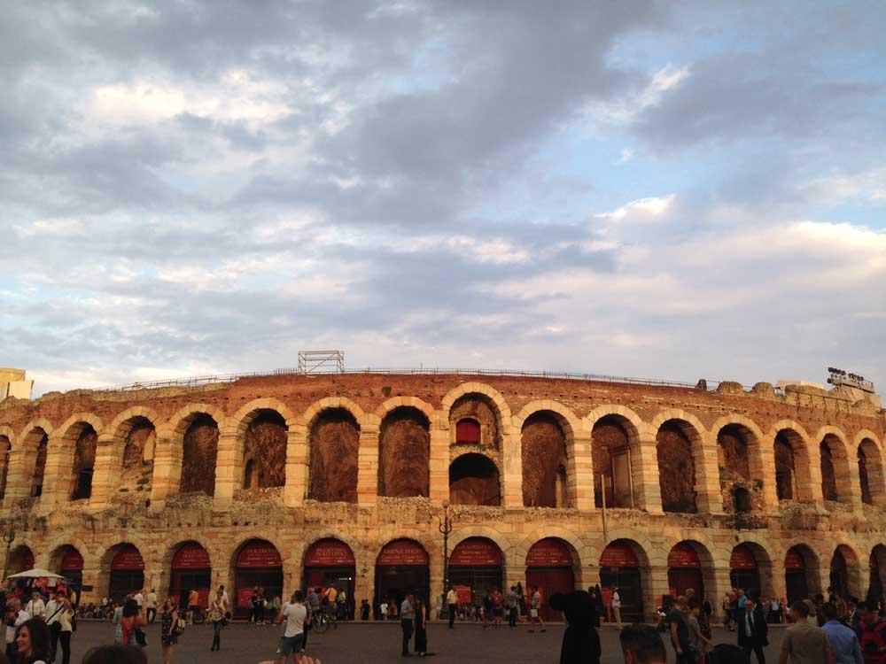 Arena in Verona: Oper, Plumpsklos und schicke Roben