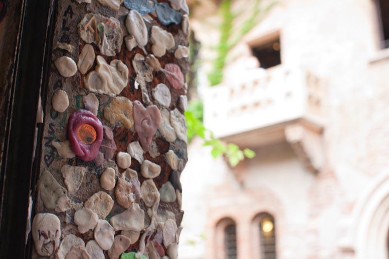 Fototour durch Verona: Beim berühmten Julia-Balkon hängen hunderte Heftpflaster und Kaugummis
