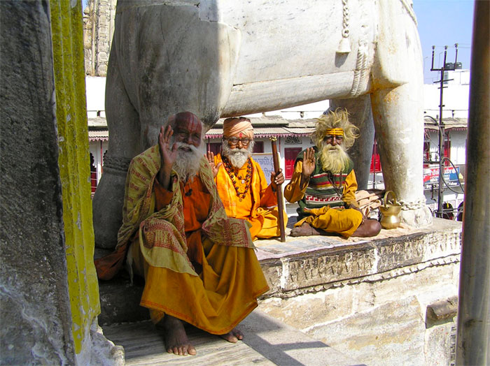 heilige-maenner-vor-tempel-indien