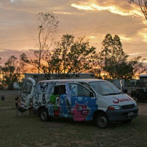 wicked-camper-outback-sonnenuntergang