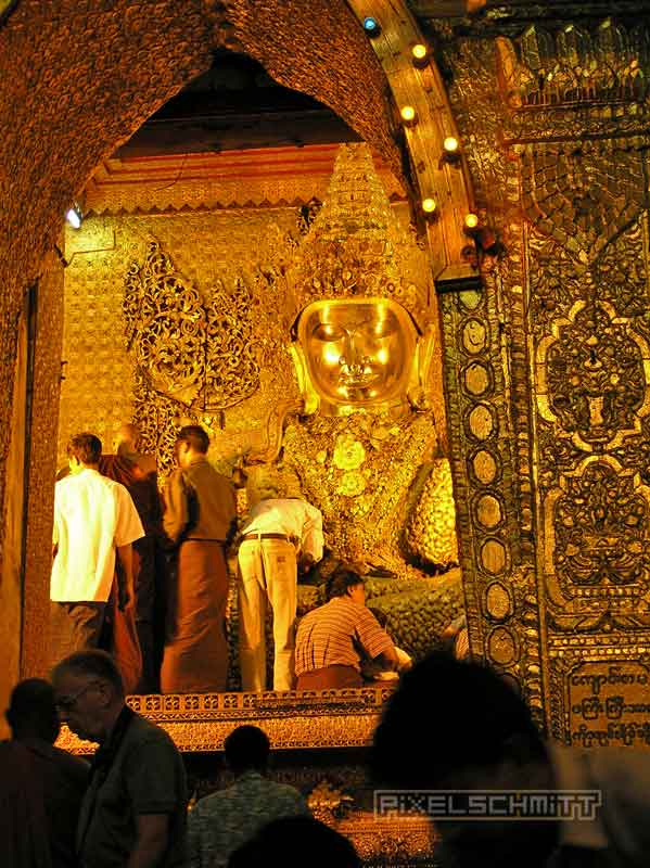 buddha-mahamuni-pagode-mandalay-02