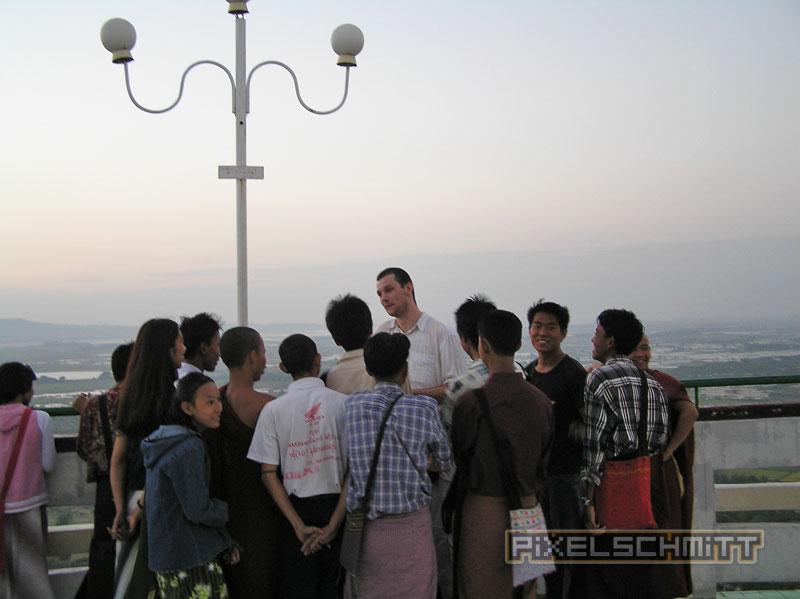 Ein zwei Meter großer Europäer unterhält eine komplette Schulklasse