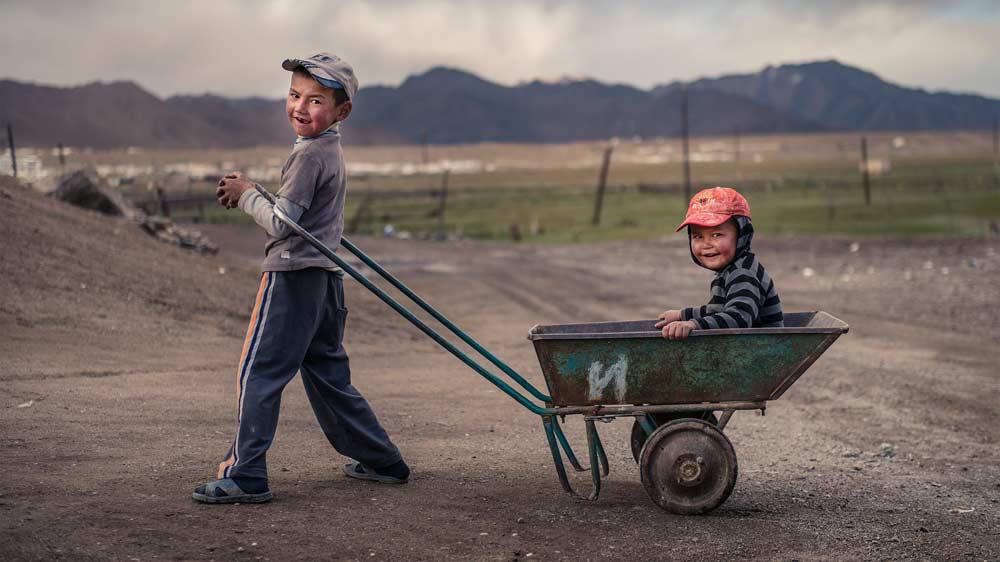 Die Jungen spielen im Abendlicht - Foto: www.kilianreil.com