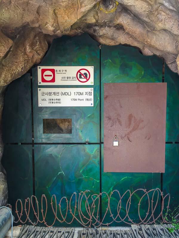 So sieht es am Ende des Tunnels aus. Der Nachbau steht vor dem Museum.