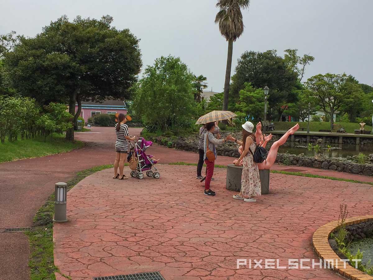 Besucher an den Figuren