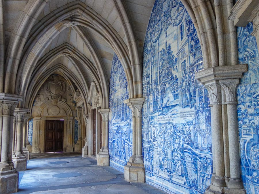 Der Kreuzgang in Portos Kathedrale
