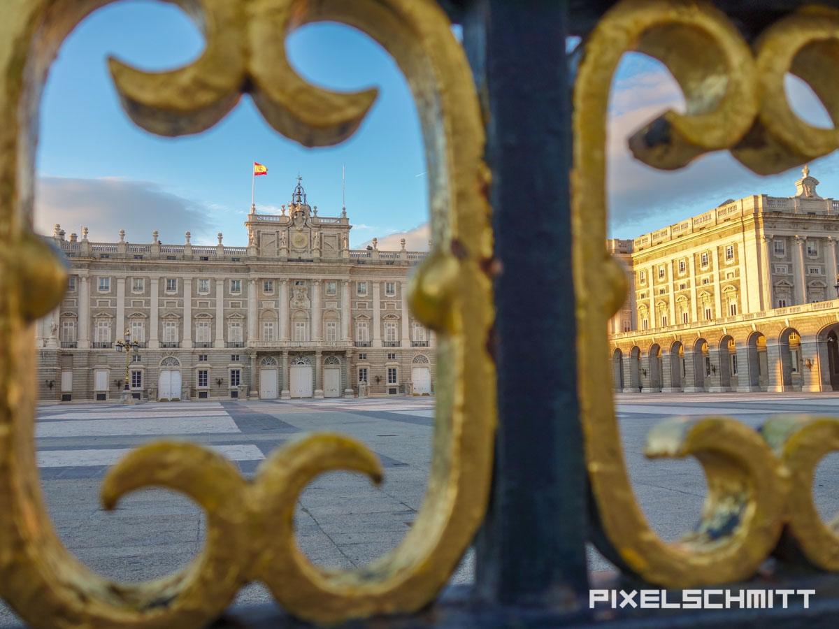 Blick auf den Königspalast von Madrid durch den Zaun - eine der Top-Sehenswürdigkeiten der Stadt