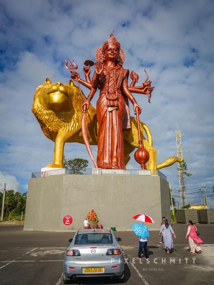 Riesige Statuen vor dem Hindutempel in Mauritius