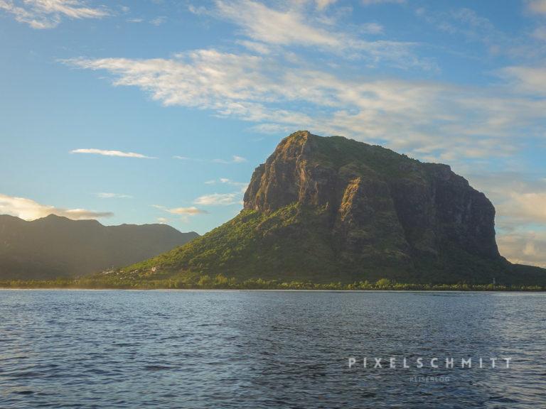 Der Berg Le Morne Brabant auf Mauritius im Sonnenaufgang