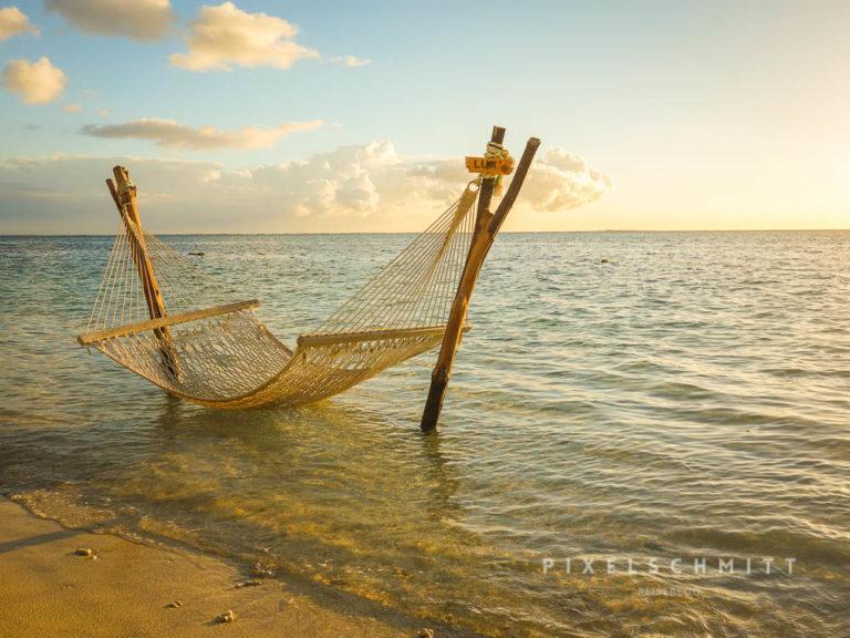 Hängematte im Wasser an einem Strand von Mauritius