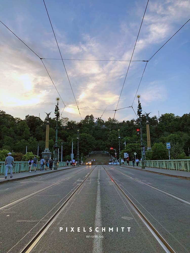 Der Blick von der Moldau-Brücke hoch zum Metronom