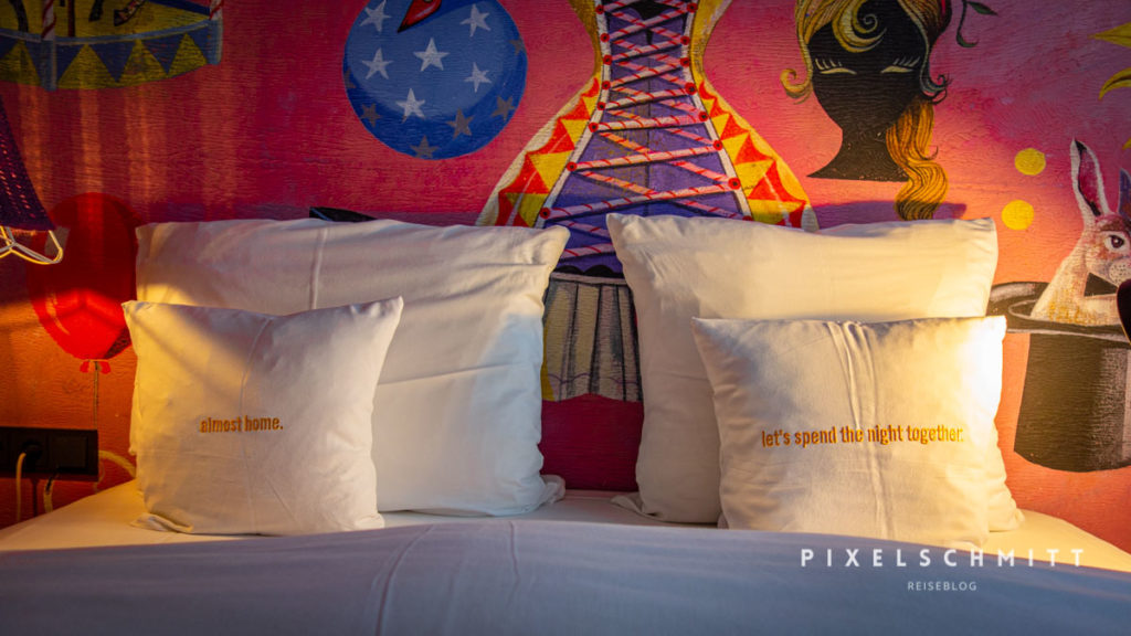hotel in wien 25hours museumsquartier bett mit kissen