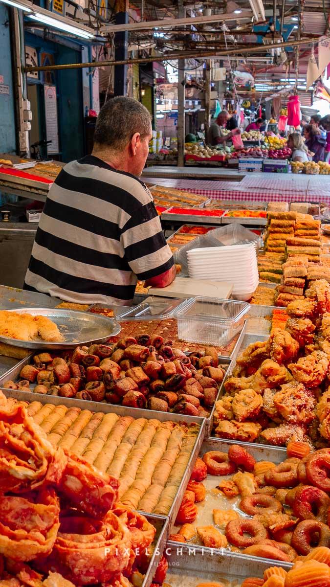Blick auf einen Stand auf dem Carmel Market