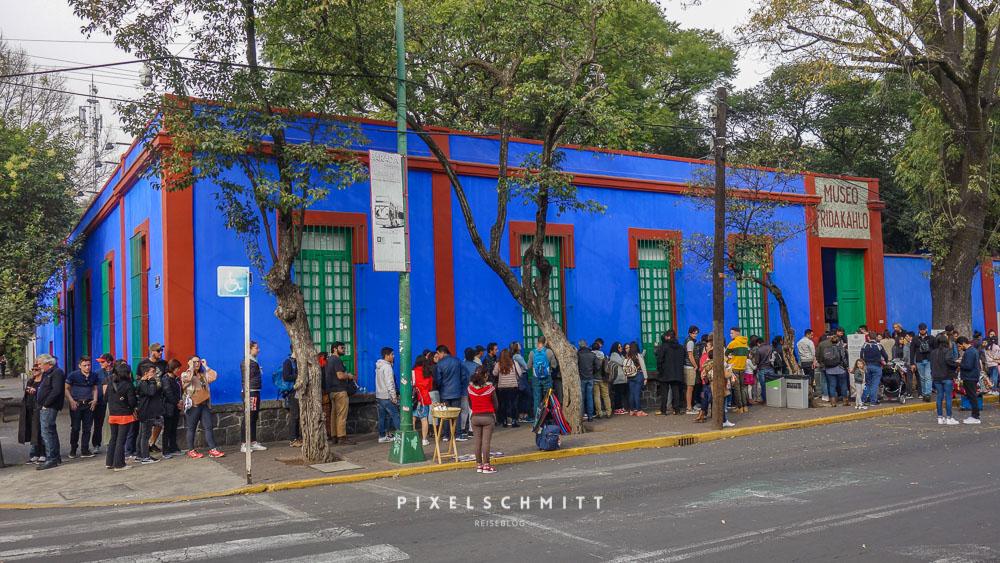 Lange Warteschlange vor dem Frida Kahlo Museum