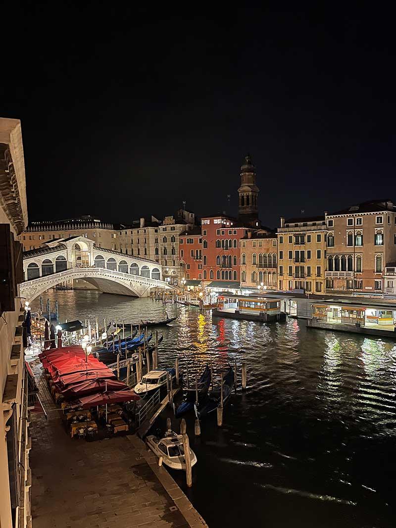 Rialtobrücke in Venedig bei Nacht