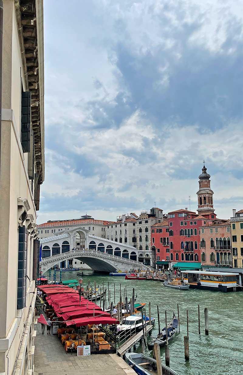 Hotel in Venedig mit Blick auf die Rialtobrücke