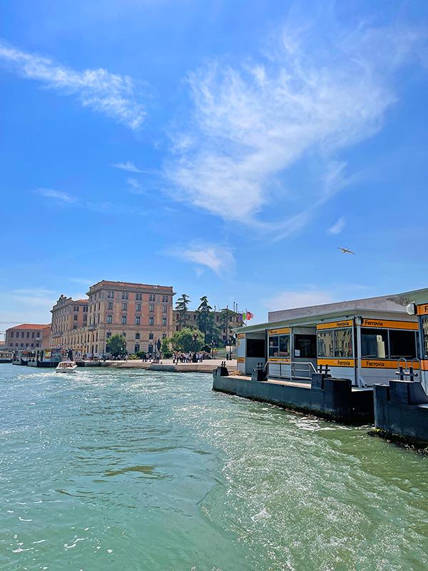 Haltestelle am Bahnhof Venedig