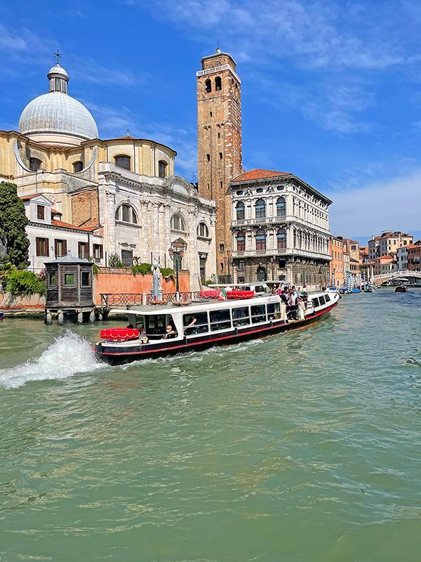 Ein Vaporetto in den Kanälen von Venedig