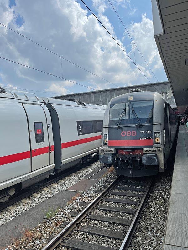 In München: Links ein ICE, rechts der Zug nach Italien