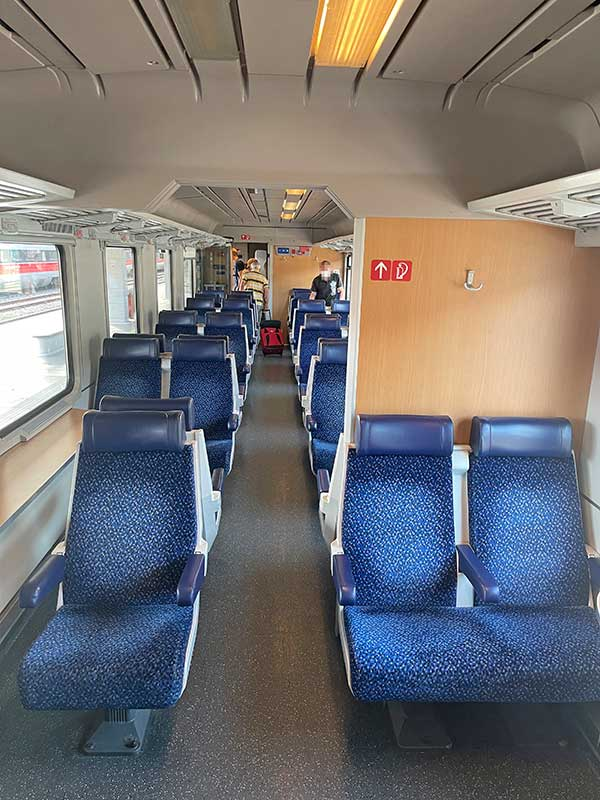 So sieht es im Zug nach Italien aus. Viel Platz und Beinfreiheit.