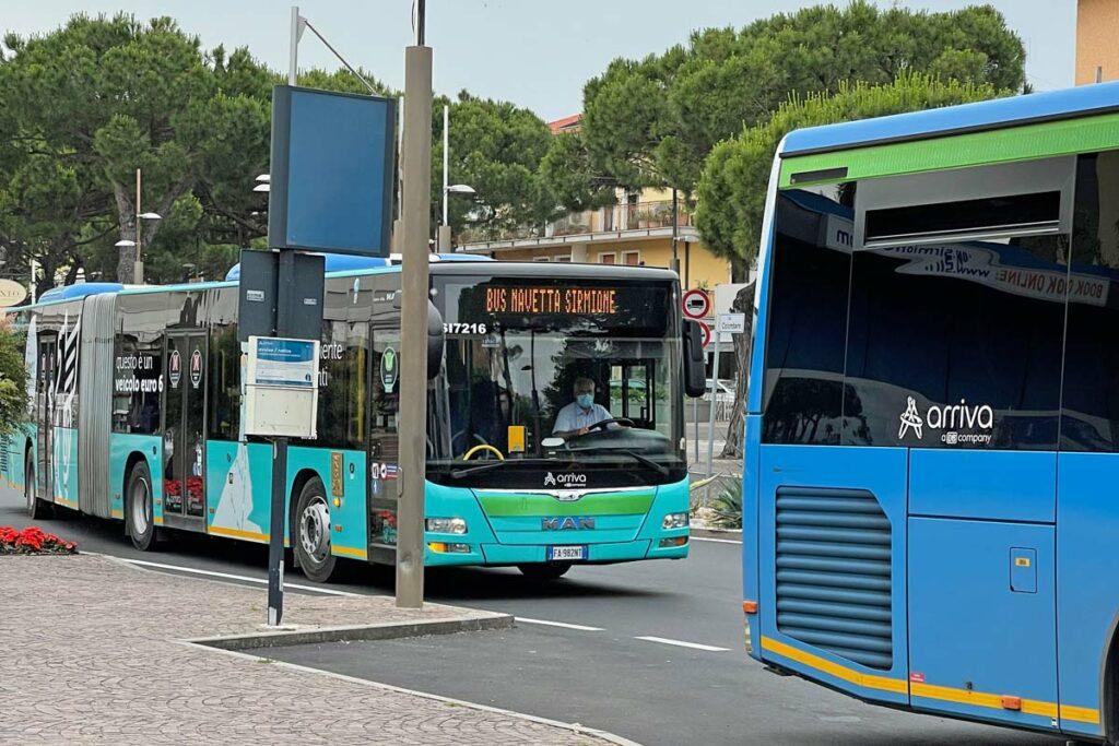 Vorne der Fernbus, dahinter der Shuttlebus, der dich in die Altstadt bringt