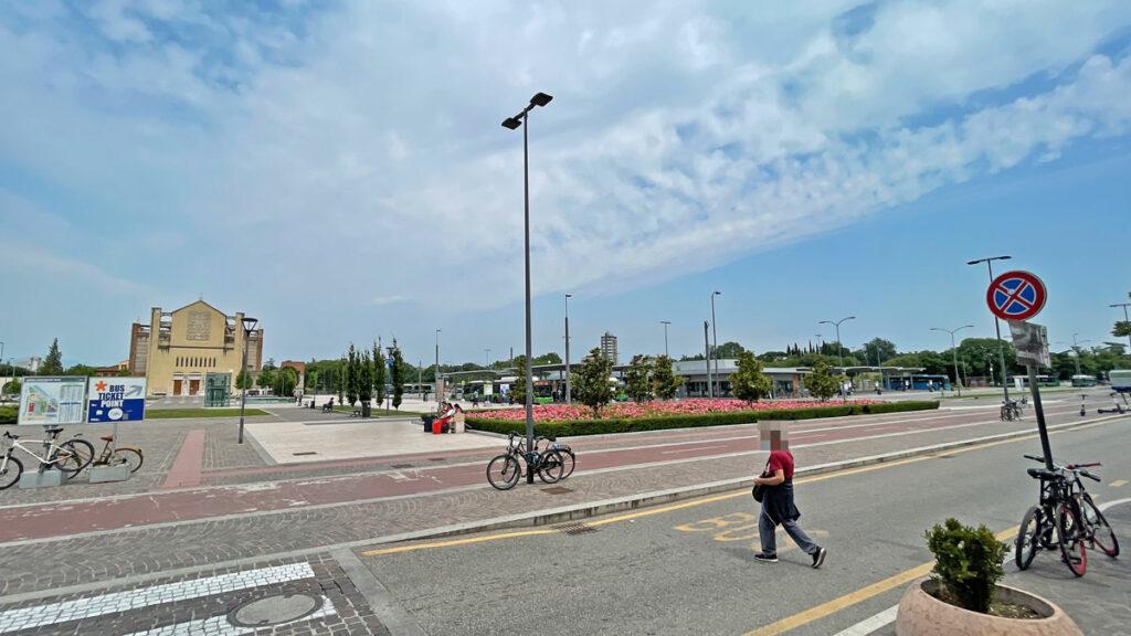 Der Busbahnhof in Verona vor dem Bahnhof Porta Nuova